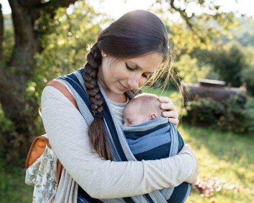 Mutter mit Kind im Park
